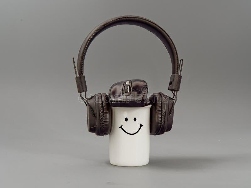 Hełmofony filiżanka i mysz stylizowany miłośnik muzyki na szarym tle obrazy royalty free
