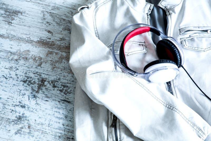 Download Hełmofony na białej kurtce zdjęcie stock. Obraz złożonej z wyposażenie - 53792850