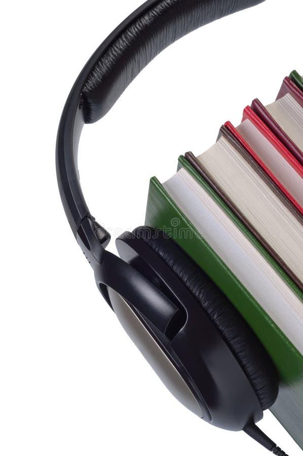 Hełmofony na książkach odizolowywać. zdjęcie stock