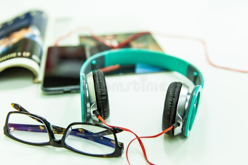 Hełmofony z Smartphone i Muzycznym magazynem fotografia royalty free