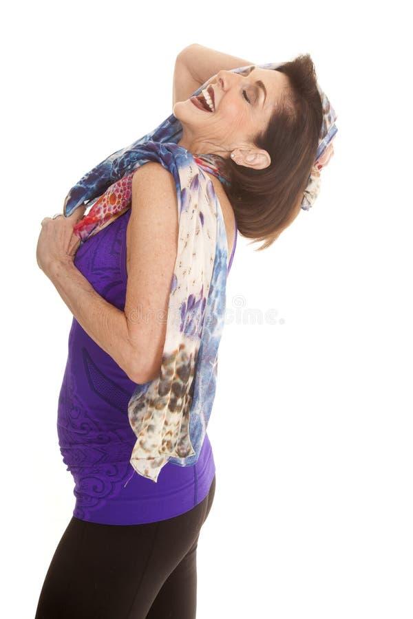 Head den purpurfärgade ärmlös tröjahalsduken för kvinnan tillbaka skratt royaltyfria bilder
