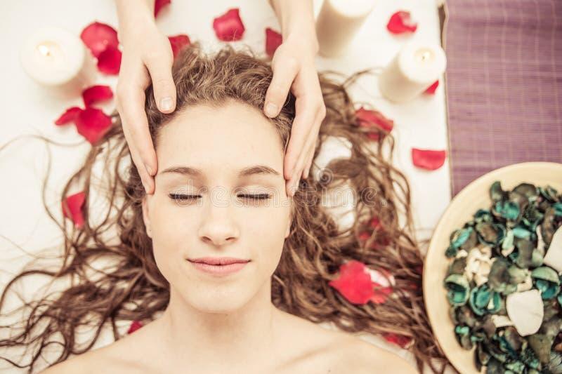 head massage danandemassage för ung kvinna i brunnsorten royaltyfria bilder