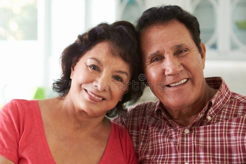 Head och skuldraskott av höga latinamerikanska par hemma arkivfoto