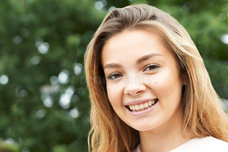 Head och skuldrastående av att le den tonårs- flickan arkivbilder