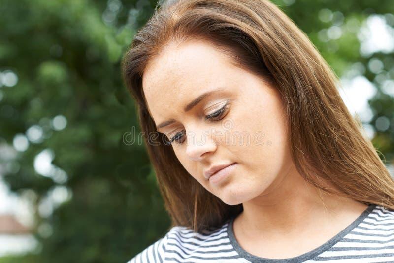 Head och skuldrastående av den allvarliga tonårs- flickan royaltyfria bilder
