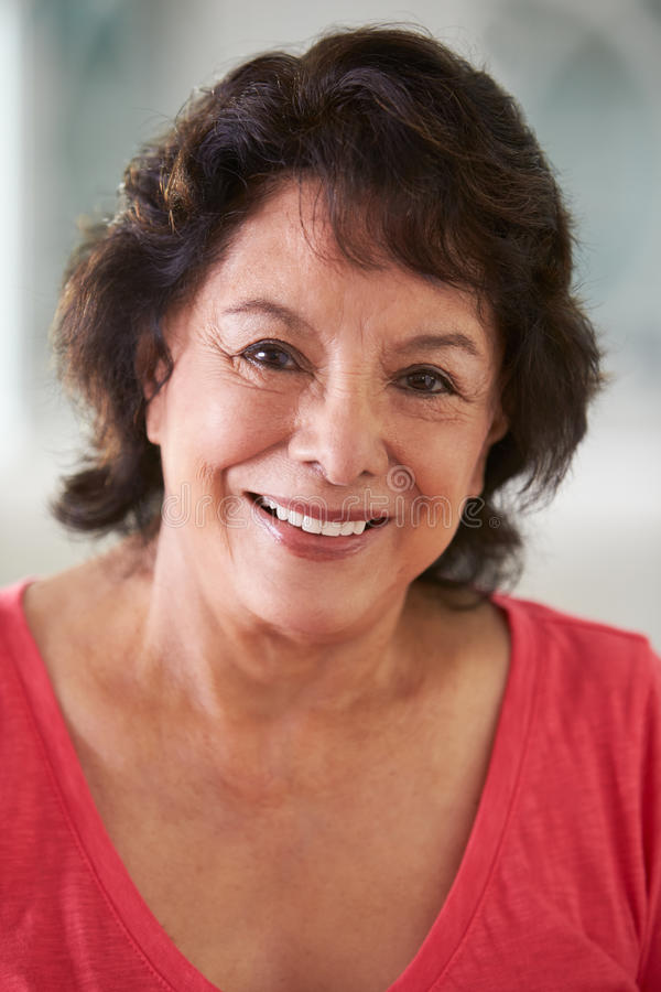 Head och skuldrastående av den höga latinamerikanska kvinnan hemma royaltyfri fotografi