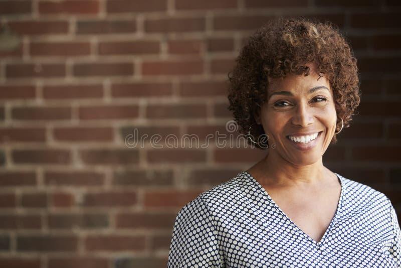 Head och skuldrastående av den mogna affärskvinnan arkivbild