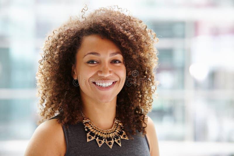 Head och skuldrastående för afrikansk amerikanaffärskvinna, royaltyfria foton