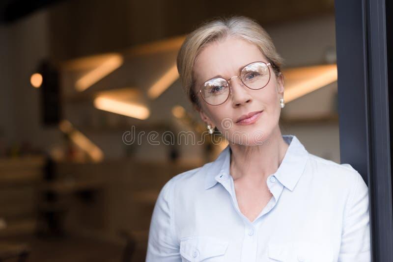 head och skuldror som skjutas av eftertänksam kvinna fotografering för bildbyråer