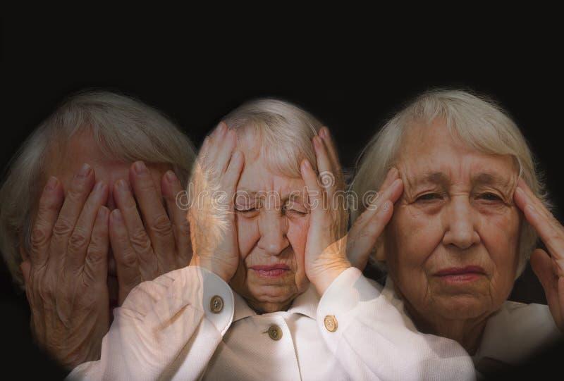 head seende hög uttröttad kvinna för händer fotografering för bildbyråer