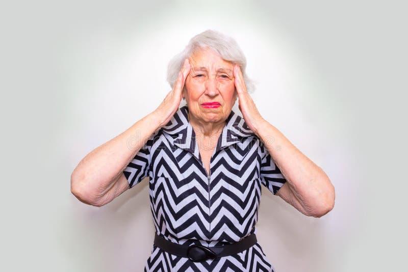 head seende hög uttröttad kvinna för händer arkivfoto