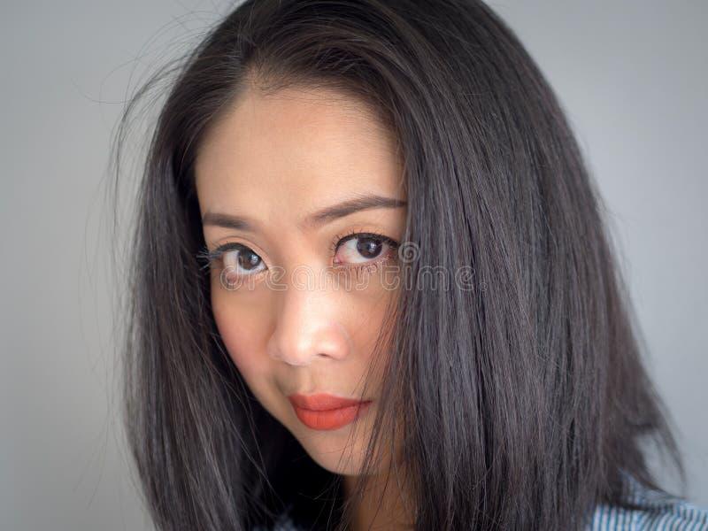 Head skottståenden av den asiatiska kvinnan med stora ögon arkivbild