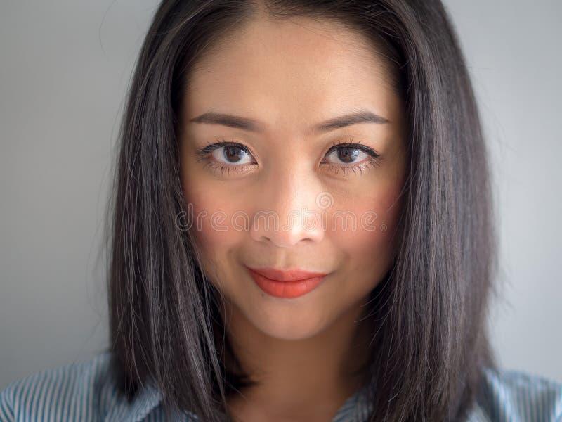 Head skottståenden av kvinnan med stora ögon arkivbild
