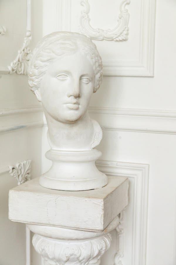 Head skulptur i klassisk inre royaltyfri bild