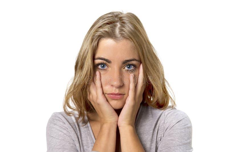Head stående av den unga härliga och söta blonda flickan med blåa ögon som ser ledsna och deprimerade, blyga och bekymrade i sorg arkivbild