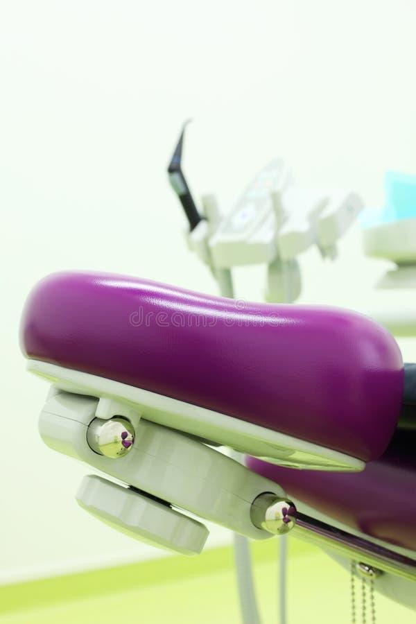 Headboard стула для пациента в зубоврачебной клинике стоковое изображение rf