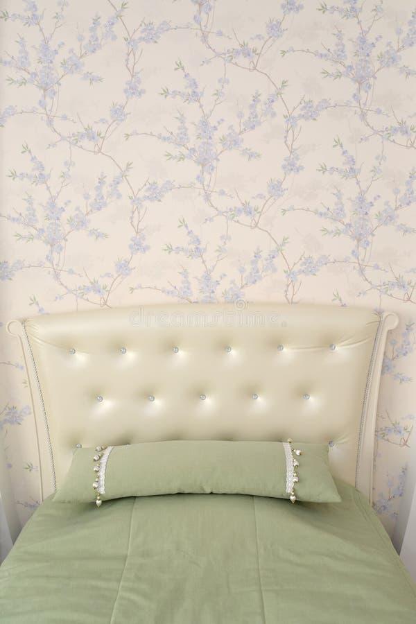 Headboard pojedynczy łóżko z rzut poduszką Nowożytni klasyki w fotografia stock
