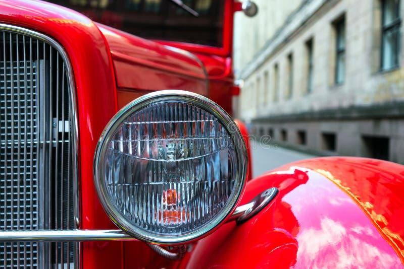 Headlamp винтажного красного автомобиля стоковое изображение