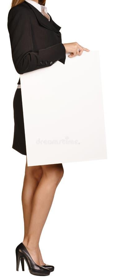 Headless εκμετάλλευση γυναικών ένας κενός λευκός πίνακας στοκ φωτογραφία με δικαίωμα ελεύθερης χρήσης