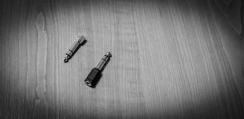 Headphonestålar på en trätabell, på svartvitt royaltyfria bilder