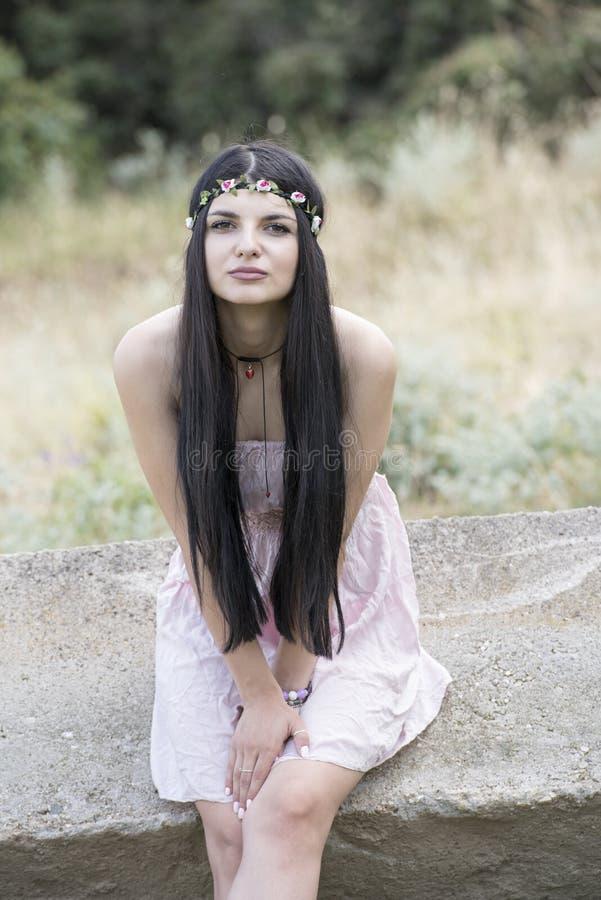 Headpiece λουλουδιών ένδυσης γυναικών και ρόδινο φόρεμα στοκ εικόνες