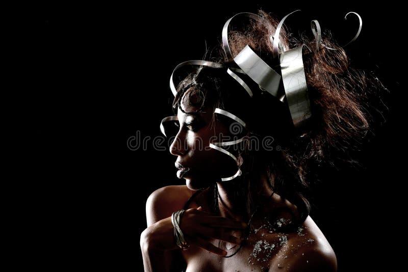 Headpiece do metal em Posing modelo bonito fotografia de stock