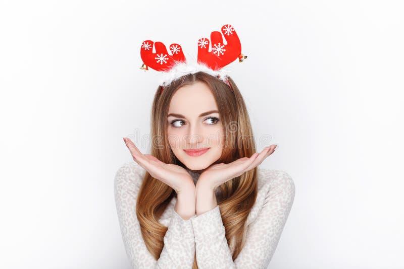 Headpiece modelo fêmea louro emocional bonito dos cervos de Santa do desgaste Conceito dos cumprimentos do Natal foto de stock royalty free