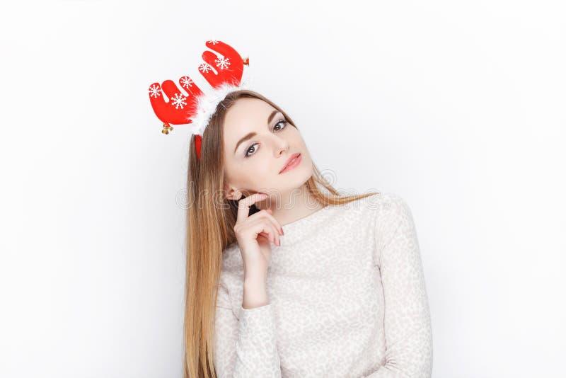 Headpiece modelo fêmea louro emocional bonito dos cervos de Santa do desgaste Conceito dos cumprimentos do Natal imagem de stock