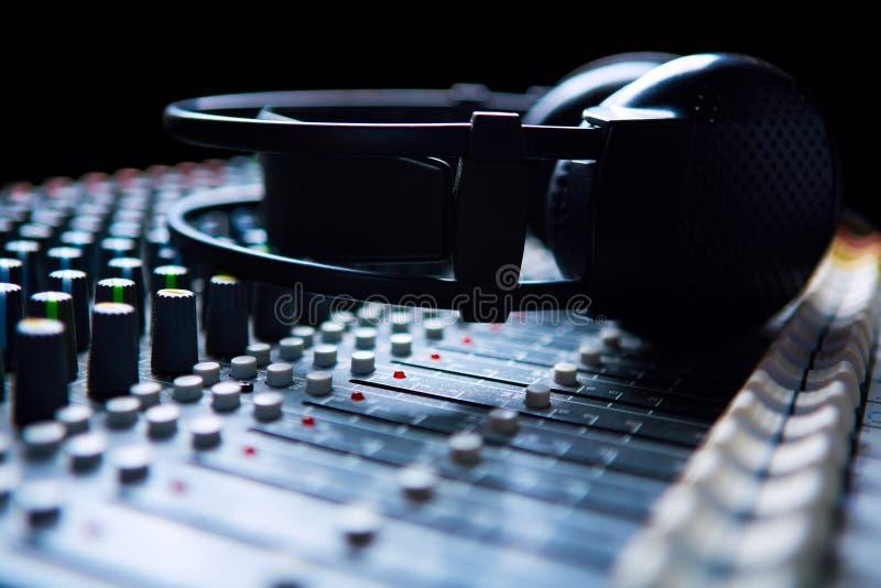 Headpnones en mezclador de sonidos imagenes de archivo