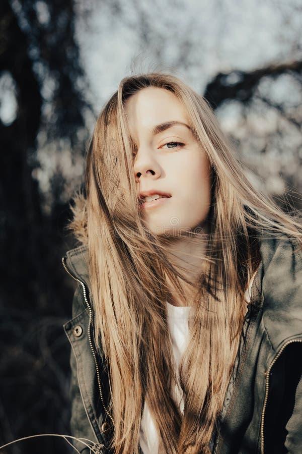 Headshot ładna młoda blondy dziewczyna z bardzo ładną twarzą obraz royalty free