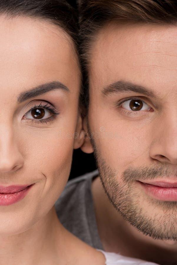 Headshot της χαμογελώντας γυναίκας και του άνδρα που κοιτάζουν στη κάμερα στοκ φωτογραφίες με δικαίωμα ελεύθερης χρήσης