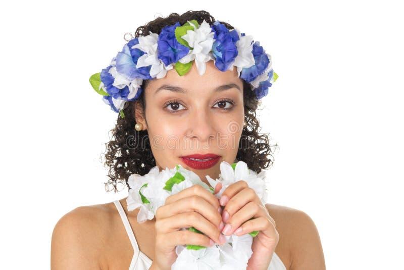 Headshot της όμορφης μαύρης γυναίκας που φορά headpiece λουλουδιών Αυτή ` στοκ φωτογραφία