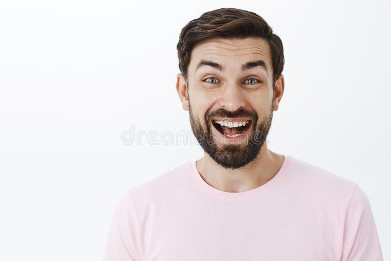 Headshot του διασκεδασμένου συγκινημένου χαρούμενου ατόμου της δεκαετίας του '30 με το γέλιο γενειάδων έξω δυνατό, να καταπλήξει  στοκ εικόνες