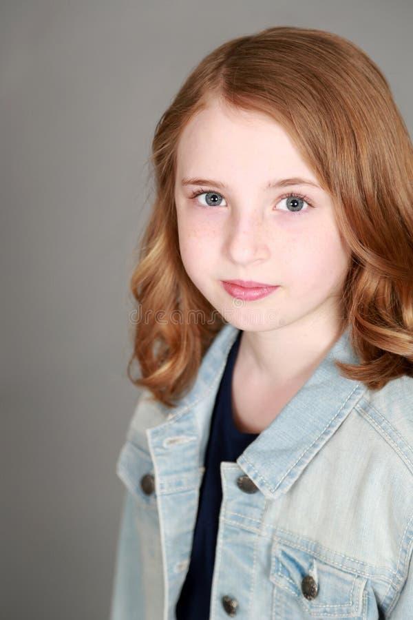 Headshot του κοριτσιού με τις φακίδες στοκ εικόνα