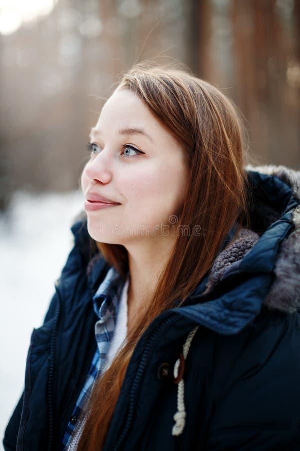 Headshot του νέου κοιτάγματος γυναικών μακριά και του χαμόγελου στοκ φωτογραφίες