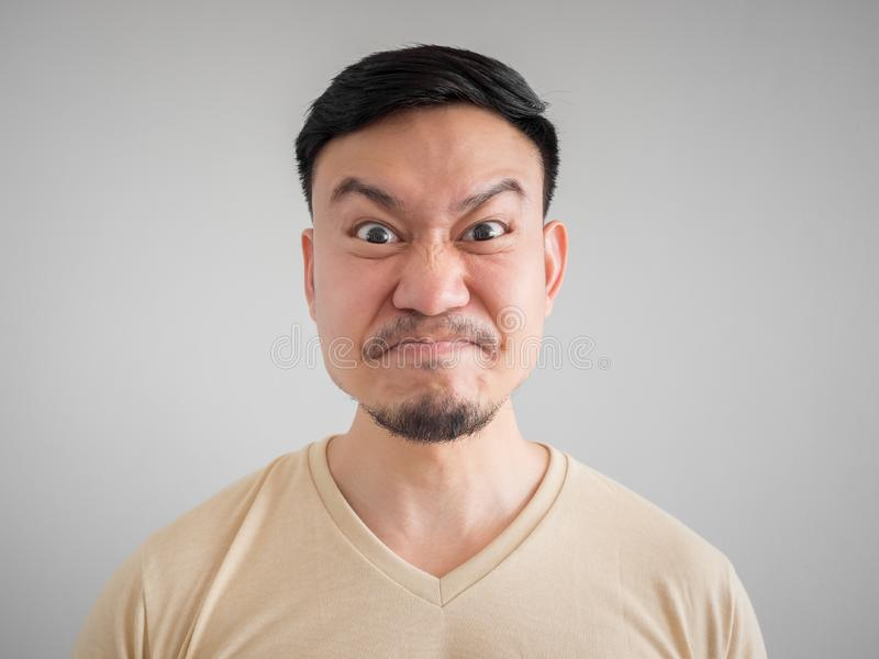 Headshot του υ και τρελλού προσώπου του ασιατικού ατόμου στοκ φωτογραφία με δικαίωμα ελεύθερης χρήσης