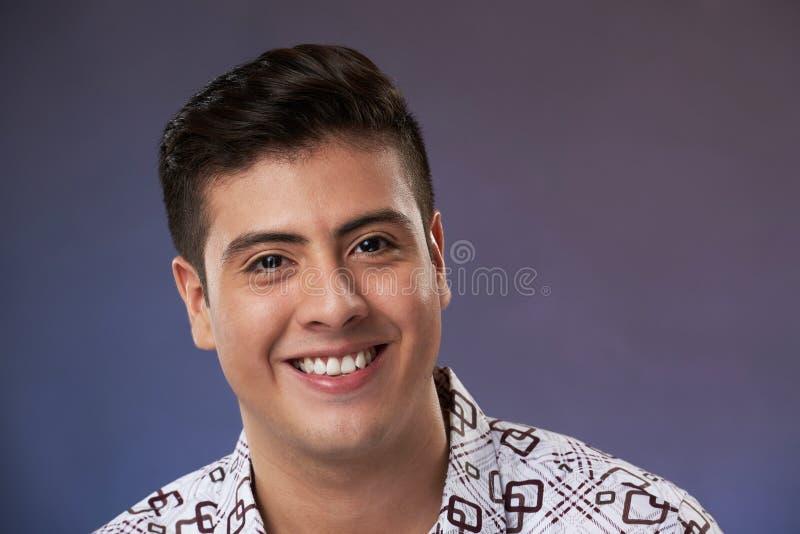 Headshot του χαμογελώντας ατόμου στοκ φωτογραφία με δικαίωμα ελεύθερης χρήσης
