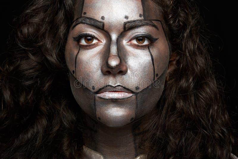 Headshot των γυναικών με το χρωματισμένο πρόσωπο στοκ φωτογραφίες