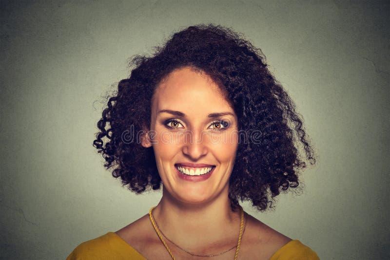 headshot χαμογελώντας γυναίκα στοκ εικόνες