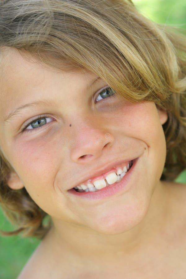 headshot мальчика красивое моделируя вертикаль стоковые фотографии rf