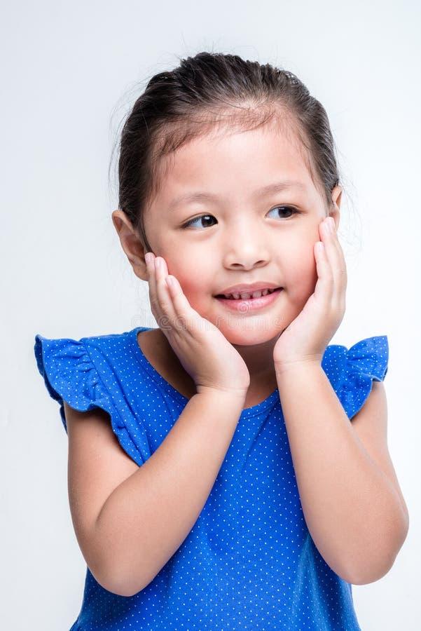 Headshot asiático de la muchacha de la belleza en el fondo blanco imagen de archivo