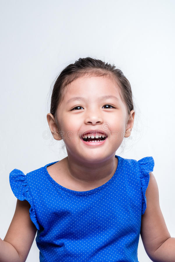 Headshot asiático feliz de la muchacha en el fondo blanco imagen de archivo
