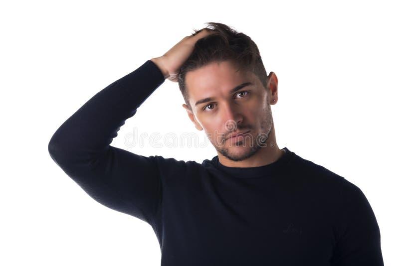 Headshot atractivo del hombre joven que mira la cámara foto de archivo libre de regalías