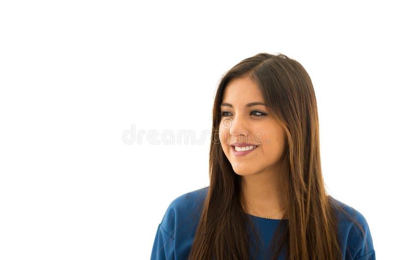 Headshot attraktiver Brunette, der natürlich mit schönem Lächeln, weißer Hintergrund aufwirft lizenzfreie stockfotos