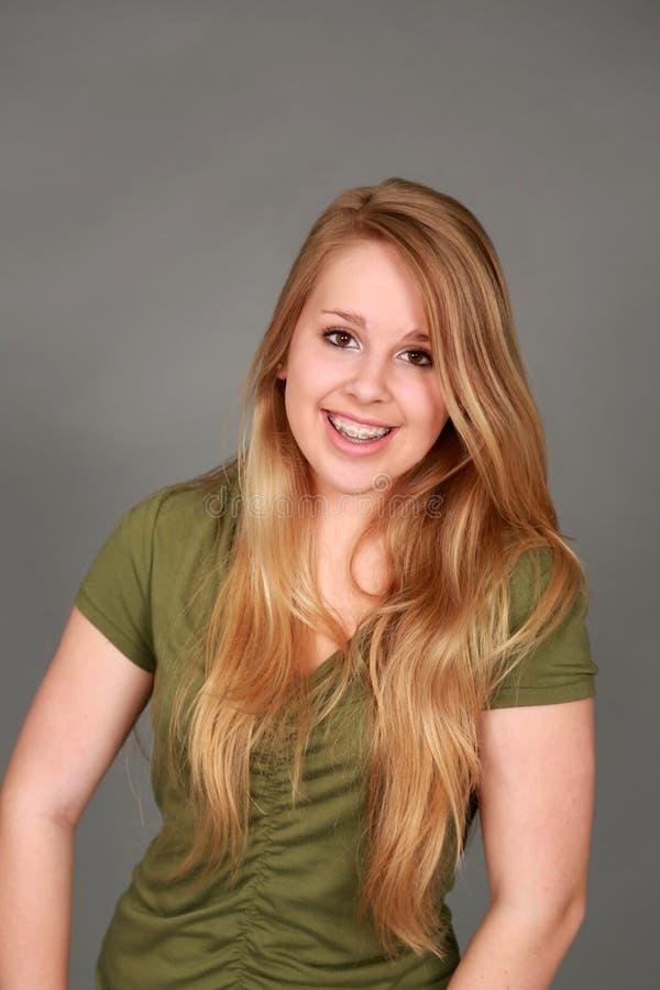 Headshot av att le den tonåriga flickan med hänglsen royaltyfria bilder