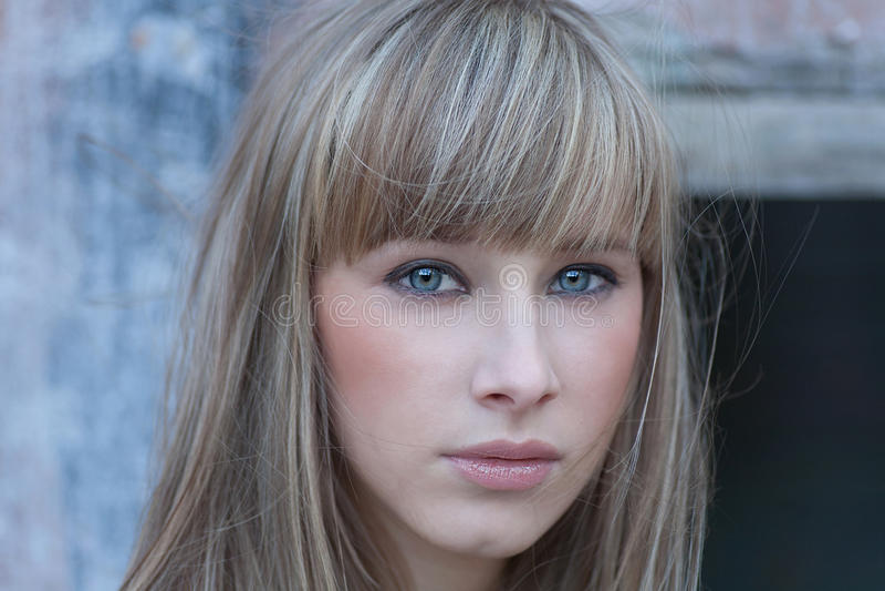 Headshot av blonda haired kvinnor med tomt uttryck av en framsida arkivbild