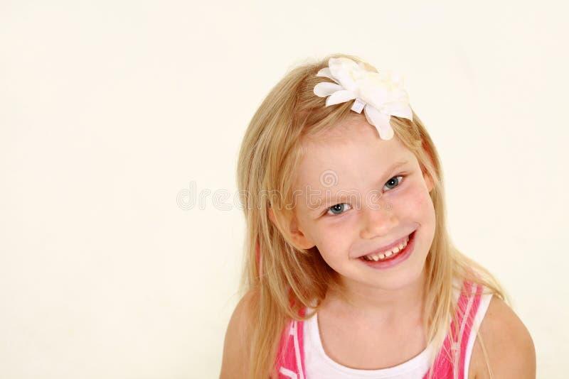 Headshot av den blonda liten flicka arkivbild