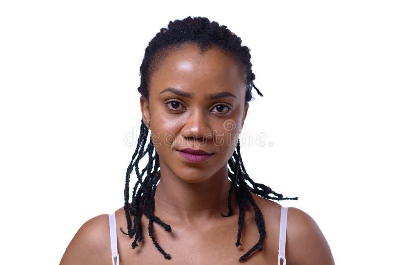 Headshot av den mörkhyade kvinnan på vit bakgrund fotografering för bildbyråer