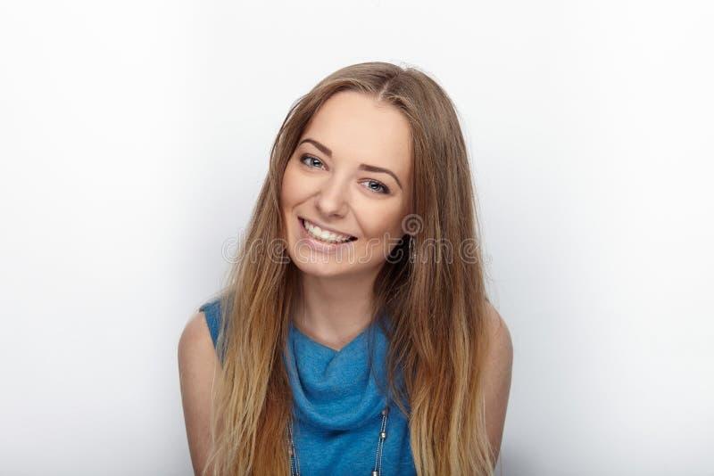 Headshot av den unga förtjusande blonda kvinnan med gulligt leende på vit bakgrund arkivbilder