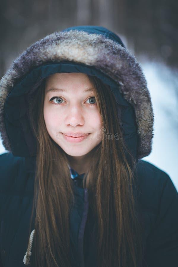 Headshot av den unga härliga kvinnan i varm kläder royaltyfria foton